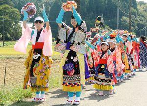 色とりどりの衣装をまとった子どもたちを先頭にした「道行」=伊万里市南波多町府招地区
