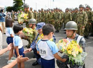 支援活動終了式で自衛隊員に花束を渡してお礼を述べる大町保育園児=大町町役場