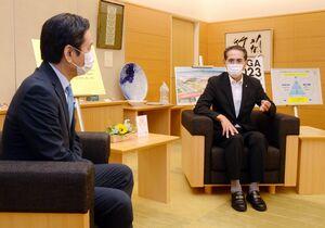 山口祥義知事(左)に佐賀県有明海漁協の組合長を退任したことを報告した徳永重昭氏=県庁