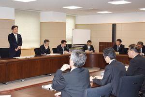TPPなどの動向を注視するよう指示する山口祥義知事(左)=佐賀県庁