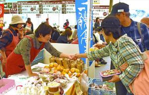 佐賀県産品を買い求める来場者=佐賀市のバルーン会場憩いの広場