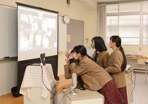 講演の合間の休憩時間に、画面上で交流を図る神埼清明高と慶成高の生徒ら=神埼市の神埼清明高校