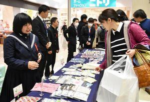 授業で製作した商品を販売する生徒たち=佐賀市のゆめタウン佐賀