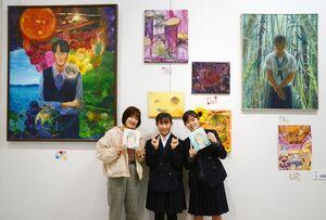 3年間の集大成が並ぶ卒業制作展の会場。中央は部長で3年の村岡幸子さん=佐賀県立美術館