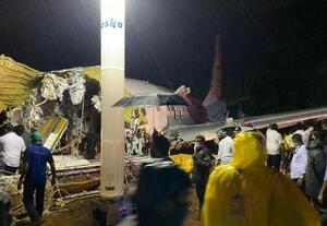 7日、旅客機が大破したインド・コーリコードの空港で、救助活動に当たる隊員ら(ゲッティ=共同)