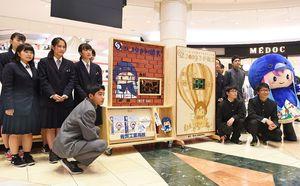 2019さが総文の100日前イベントでカウントダウンボードを披露する生徒たち=佐賀市のゆめタウン佐賀