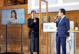 キャンペーンに合わせて日本酒に合うつまみを考案した林英理也さん(中央)と、つまみを試食した武田梨奈さん(左)、山口祥義知事=佐賀市八戸の旧枝梅酒造