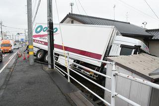 国道脇に大型トラック突っ込む 神埼の国道34号で