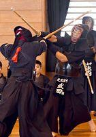 28日に開幕する大会本番に向け、竹刀を交える選手たち=神埼市の神埼中央公園体育館