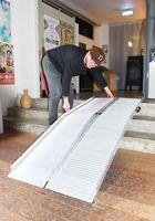 シアターシエマが寄付金で購入した簡易スロープ=佐賀市松原のシエマ