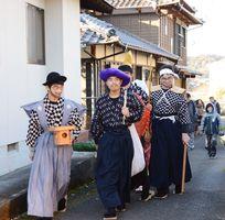 「七福神の入り」と声を掛けながら地区内を練り歩く子ども七福神=有田町下南山地区