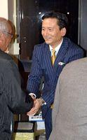支持者と握手をする山口祥義氏=吉野ヶ里町の町中央公民館