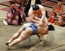 大相撲秋場所千秋楽で翔猿(手前)を突き落としで下し、初優勝を果たした関脇正代=27日、東京・両国国技館