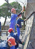 記念碑の清掃活動に取り組む中川副小の生徒ら=佐賀市川副町
