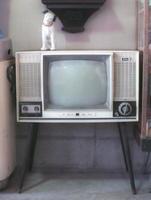 昭和30年代製らしき白黒テレビ。今は映らないブラウン管の上でビクターの犬が耳をすませる=多久市の駄菓子屋・みつわ商店(フィルムで撮影)