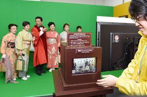 坂本龍馬などの古写真との合成写真を撮影できるコーナー=佐賀市の佐賀玉屋