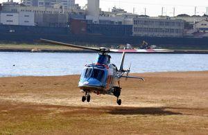 筑後川河川敷に設置したヘリポートで着陸訓練する県警ヘリコプター=鳥栖市下野町