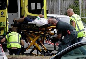 15日、ニュージーランド南島のクライストチャーチで、男性を搬送する救急隊(AP=共同)