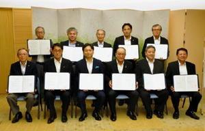 家畜伝染病の防疫対策で県と協定を結んだ10団体の代表者ら。前列左から3人目は山口祥義知事=県庁