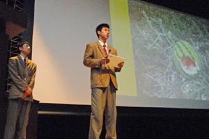 カラス被害の防止について研究成果を発表する生徒=神埼市中央公民館