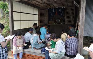 鳥羽院内川久保地区の高台にある薬師堂で開かれている「薬師さん祭」(提供写真)