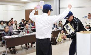 神埼署は管内の市町と協力して、寸劇などを通して注意喚起を続けている=神埼市中央公民館