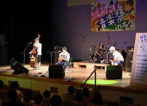 ミュージシャンと会場が一体となって盛り上がった「ばたい音楽祭in多久」=多久市中央公民館
