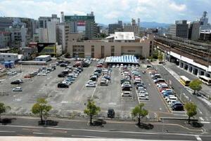 佐賀市がコンベンション施設整備を検討していたスーパー西友佐賀店の駐車場=佐賀市駅前中央1丁目