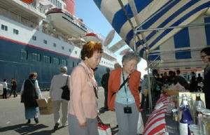 にっぽん丸のクルーズ客にプレミアムツアーも=写真は2014年の唐津港寄港時