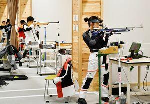 国体に向け、ライフル射撃の練習に励む井浦一希(右)=佐賀市のSAGAサンライズパーク総合体育館射撃場