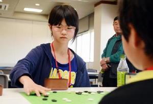 小学個人の部で決勝戦に挑む犬山桃果さん=佐賀市の佐賀新聞社