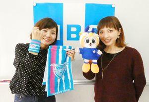 試合当日、ピッチリポートを務める諸岡彩さん(左)と佐々野宏美さん