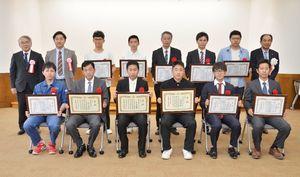表彰を受けた技能検定技能競技大会の成績優秀者=県庁
