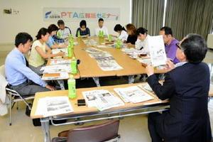 PTA広報紙の編集について、ポイントや大事な視点を学ぶ参加者=唐津市民会館