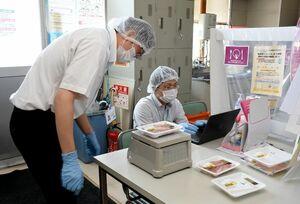 食品の内容量を検査する佐賀県の職員=みやき町のザ・ビッグ中原店