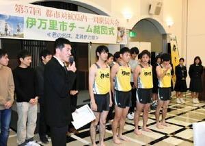 結団式で大会に向けての抱負を語る松本愼市監督(前列左)。新ユニホームの披露もあった=伊万里市のロイヤルチェスター伊万里