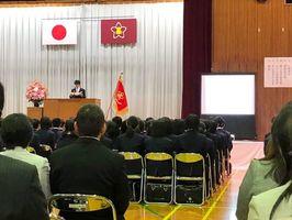 入学式で学校が用意した要約筆記用のスクリーン。式辞や祝辞、担任紹介などの文字情報が映し出された=小城市の小城高校