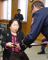 神埼消防署の井上良則署長(右)から感謝状を受け取る志岐テルさん=神埼市の同署