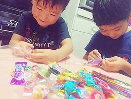 キャンディーレイ作りを楽しむ子どもたち