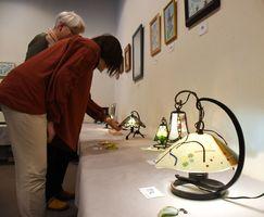 細やかな技法を使ったガラス工芸品が並ぶ=佐賀市本庄町の高伝寺前村岡屋ギャラリー