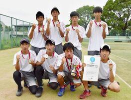 ソフトテニス男子団体で頂点に立った佐賀工の選手たち=佐賀市のSAGAサンライズパーク庭球場