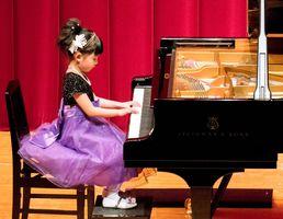 本選で演奏を披露する緒方心愛さん=福岡市の福岡女学院ギール記念講堂