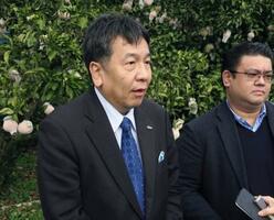 愛媛県伊方町で取材に応じる立憲民主党の枝野代表=26日午後