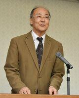 若者の投票率の低さなどについて講演する埼玉大の松本正生教授=佐賀市城内の県自治会館