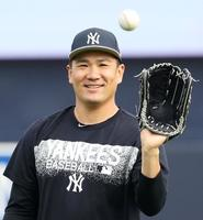 キャンプインを前に、笑顔でキャッチボールするヤンキース・田中=タンパ(共同)