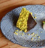 「ミモザのピスタチオバスクチーズケーキ」(715円、テイクアウト702円)。売り切れる日もあるので予約がおすすめ