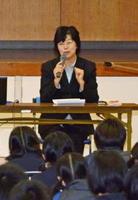出会いや心をテーマに母校で講演した走り高跳び元日本記録保持者の森田久代さん=吉野ヶ里町の東脊振中学校