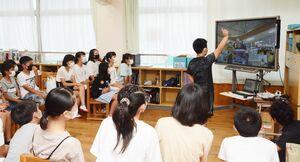 「あっち向いてほい」に興じる金立小と金立特別支援学校の児童=佐賀市の金立小