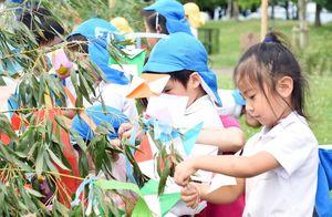真剣な表情で飾り付けをする吉野ヶ里保育園の園児たち=吉野ケ里歴史公園
