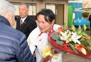 再選を果たし、集まった支持者と握手を交わす山田恭輔氏(右)=4日午後5時半ごろ、杵島郡江北町山口の事務所